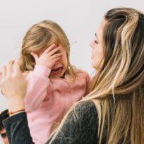 niña-llorando-mama-familia-amor-maia-la-nina-que-hace-reflexionar-con-su-enojo