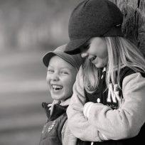 estudio-revela-que-el-hermano-menor-es-mas-divertido-que-el-mayor