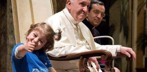 el-papa-francisco-no-deja-que-le-besen-sus-anillos