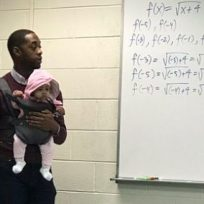 el-profesor-que-carga-al-bebe-de-su-alumno-en-clase-enamora-las-redes