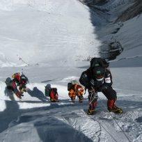 Peligrosa fila para subir al Everest