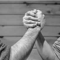 estudio-revela-la-primera-razon-por-la-que-un-hombre-traicionaria-un-amigo