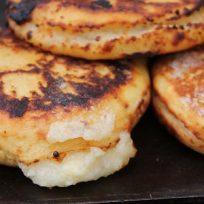 Receta del día: Arepa de queso y chicharrón