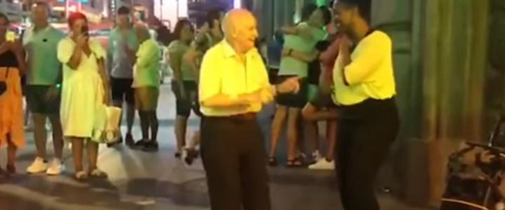 El baile viral de un anciano al ritmo de los artistas callejeros