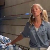emily-se-vuelve-viral-por-cantar-con-su-hermosa-voz-en-el-metro-de-los-angeles