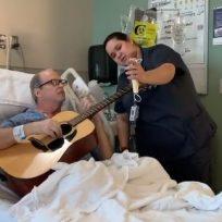 enfermera-canta-junto-su-paciente-con-para-animarlo-seguir-adelante