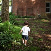 cual-es-la-edad-indicada-para-que-nuestros-hijos-se-queden-solos-en-caca