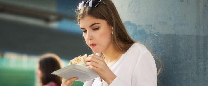 sabias-que-las-mujeres-con-novios-feos-tienen-comer-mas-comida-chatarra