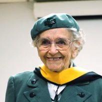 Conozca a Veronica Backenstoe, la 'niña' exploradora de 98 años que todavía vende galletas