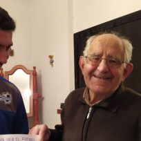 Joven le hizo a su abuelo un instructivo para que pudiera usar el control del televisor