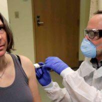 Jennifer Haller es la primera mujer estadounidense en recibir la vacuna del Covid-19