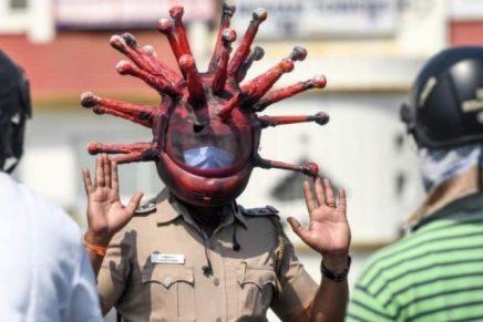 Con cascos de en forma de coronavirus, así se visten los policías en India para generar conciencia