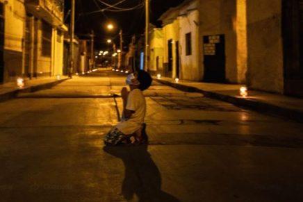 Niño reza en mitad de la calle pidiéndole a Dios para que acabe con la COVID-19