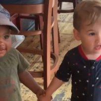 Sin importar las razas, niños se abrazan en medio de la crisis que vive Estados Unidos
