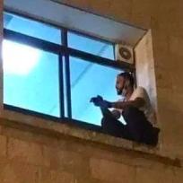 Hombre trepó hasta la ventana de un hospital para ver a su mamá