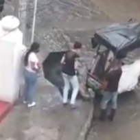 Echao pa' lante: sujeto adecúa carrito para pasar arroyo en Barranquilla y cobra barato