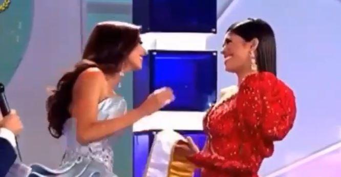 ¡Qué incomodidad! Reina de belleza rechazó un abrazo de su sucesora
