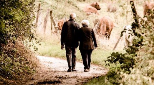 Un hombre de 81 años le lleva serenata a su esposa hospitalizada