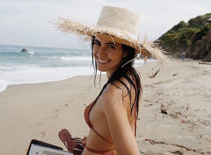 Paulina Vega mostró de más al posar de espaldas y semidesnuda