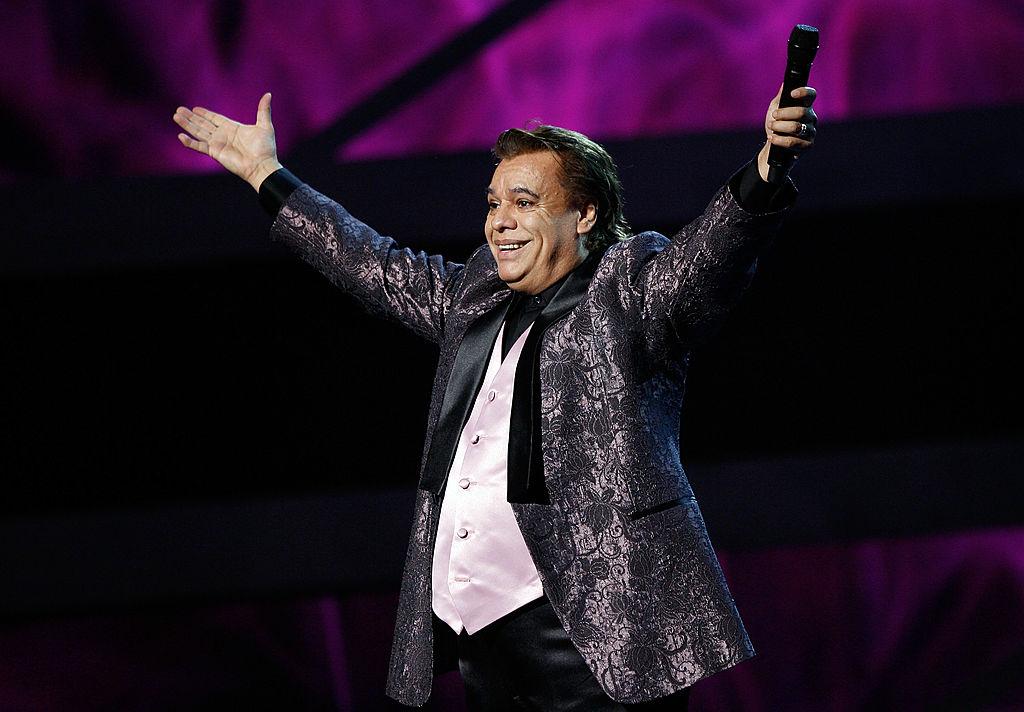 Reviven video de Juan Gabriel regañando a su mariachi en pleno concierto