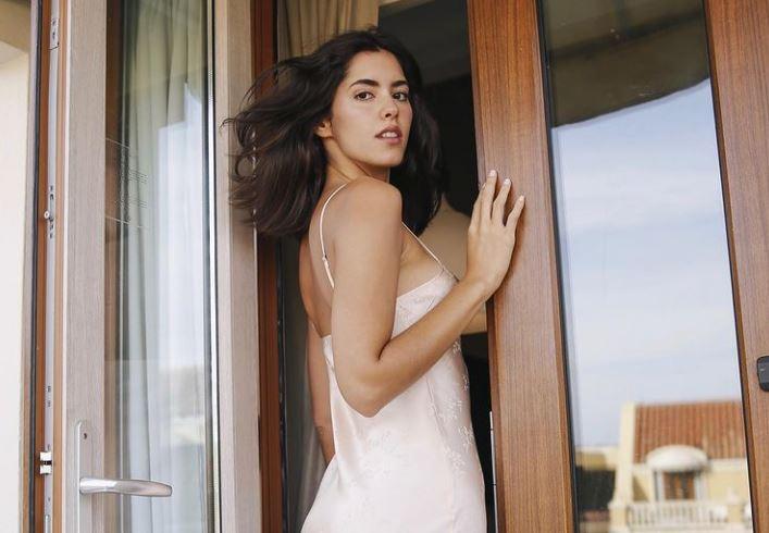 Paulina Vega calentó las redes al mostrar las pompis en ajustado bikini