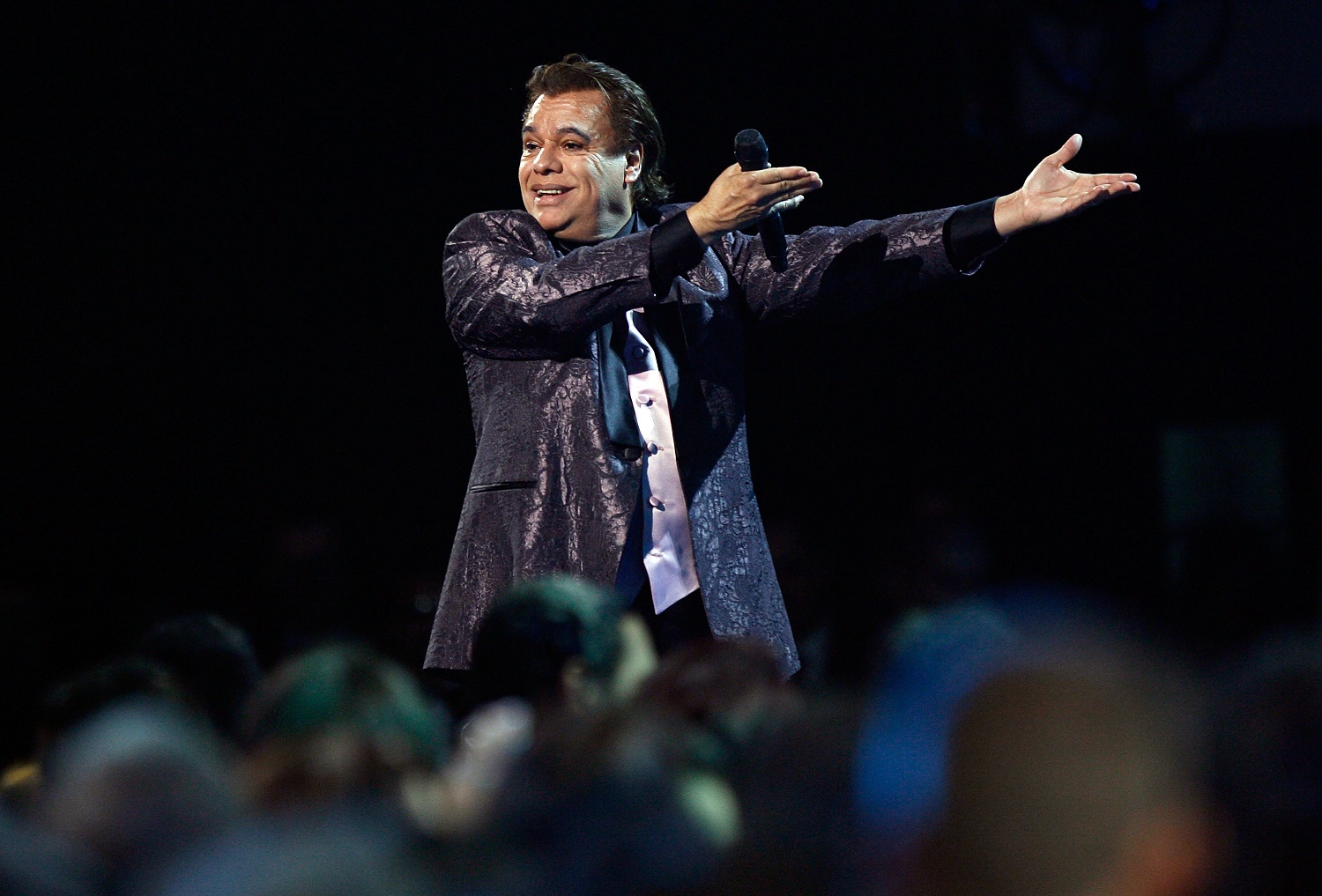Reviven video de Juan Gabriel regándole licor a su público en pleno concierto