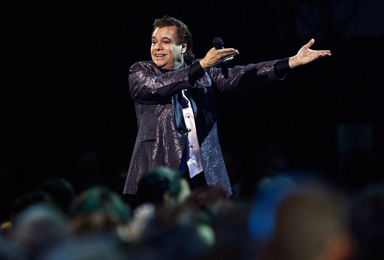 Reviven video de Juan Gabriel regándole licor a su público en pleno concierto