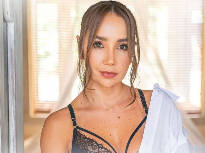 Paola Jara desbordó sensualidad al saltar lazo en ropa deportiva