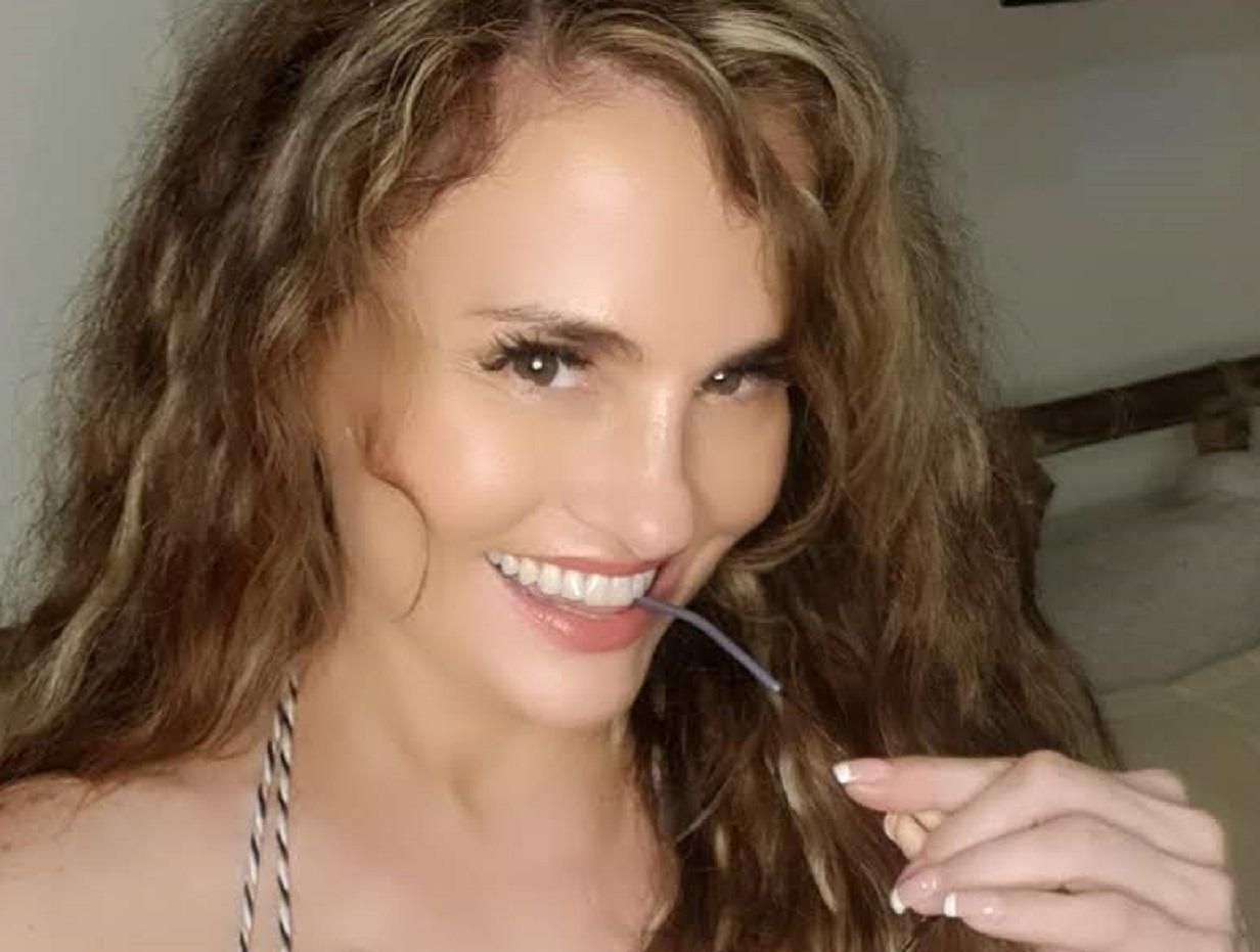 Aura Cristina Geithner dejó sus pechos al descubierto a lucir un pronunciado escote
