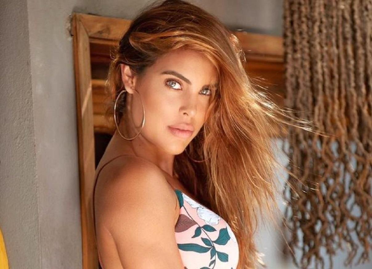 Sara Corrales encendió las redes al posar de manera muy candente en mini bikini
