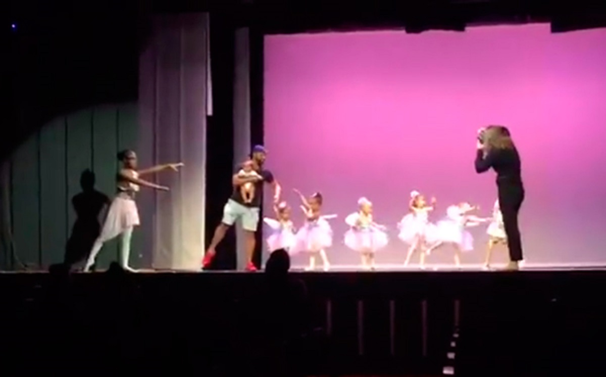 Padre baila ballet junto a su hija para ayudarla en una presentación en vivo