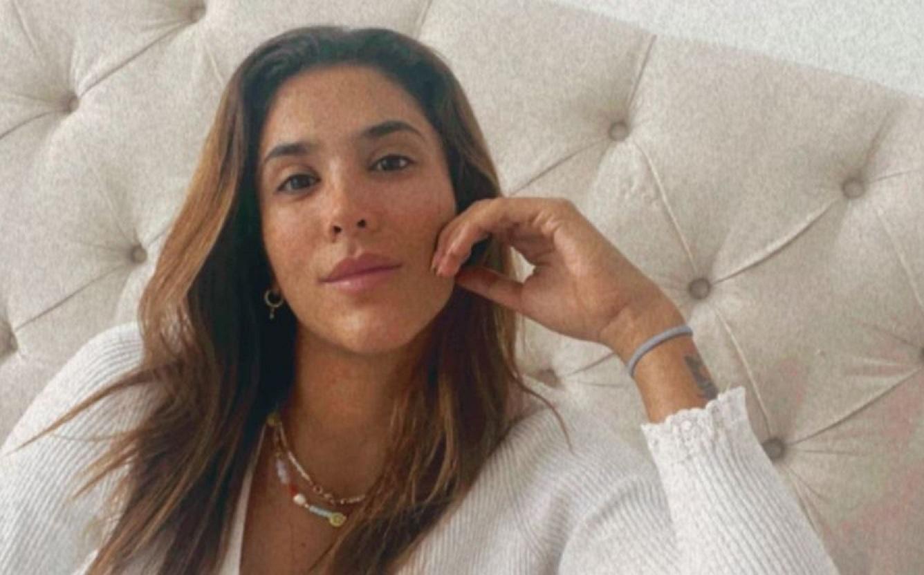 Daniela Ospina posó en mini tanga de hilo y dejó al descubierto su retaguardia