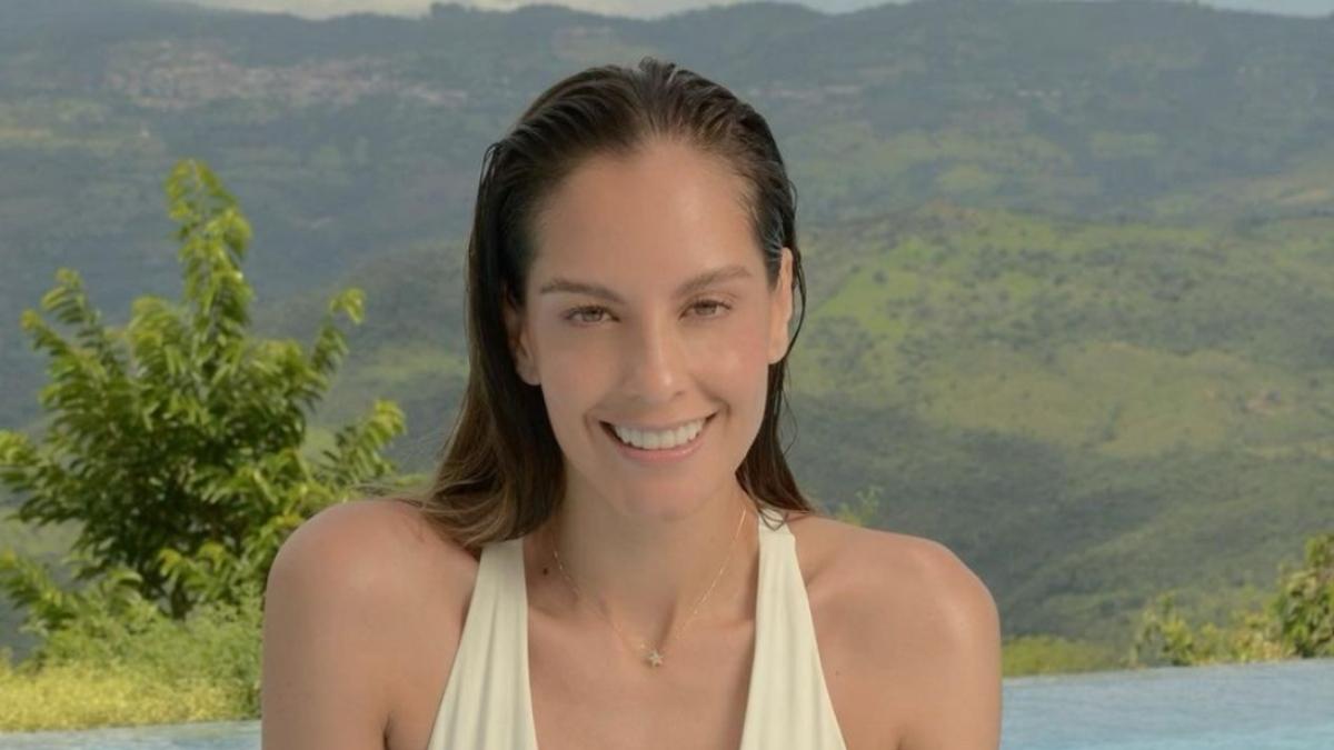 Laura Acuña en bikini morado