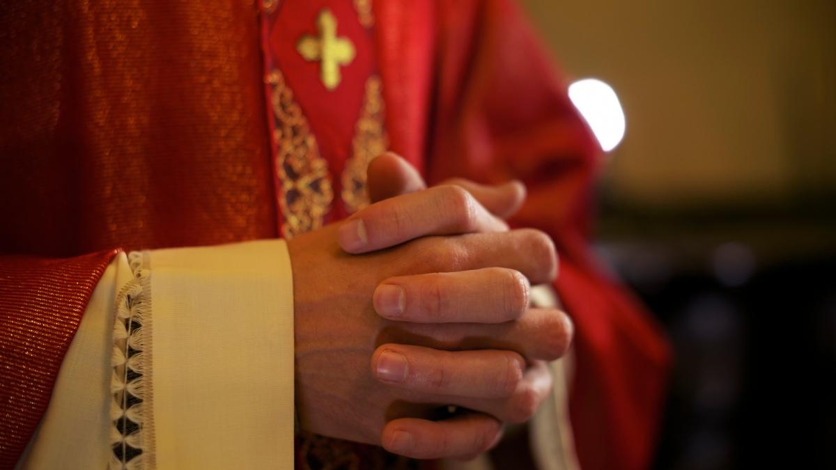Obispo español renuncia a su cargo por amor