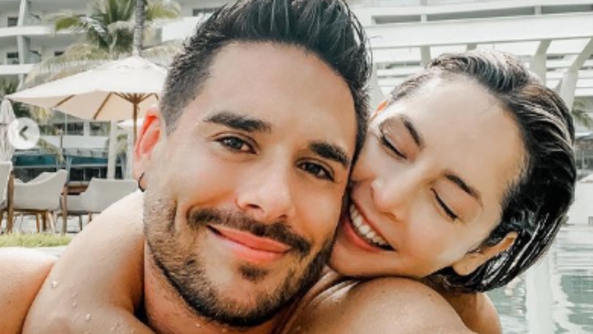 Carmen Villabos posó con su esposo y dejó ver su 'colota' llena de arena